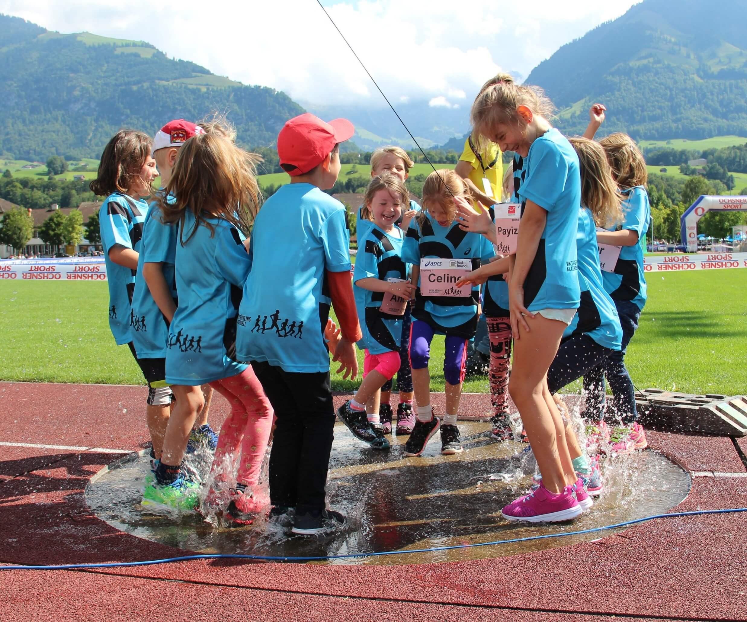 Schülerinnen von Viktor Röthlins Klassenduell haben Spass am SWITZERLAND MARATHON light